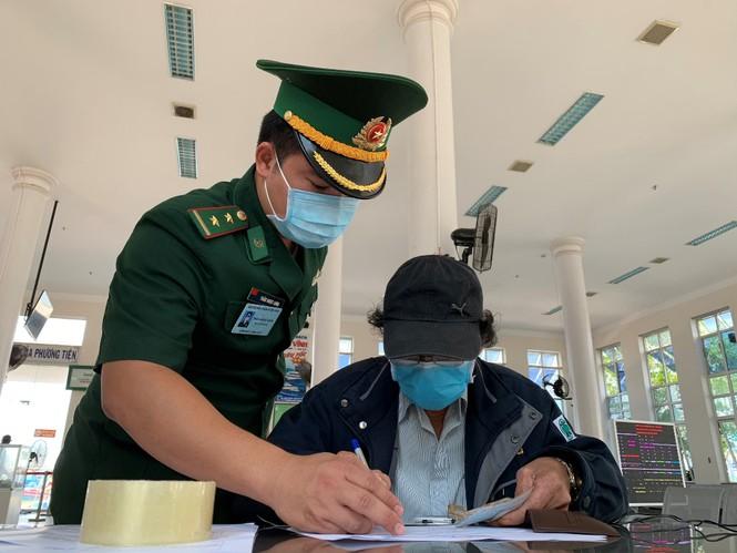 Trung úy Trần Ngọc Long - Trạm trưởng Trạm Biên phòng cửa khẩu cảng Sa Kỳ, ngay từ sáng 9/3, đơn vị đã đo thân nhiệt, lấy lời khai y tế và kiểm tra thông tin tất cả các trường hợp ra, vào đảo Lý Sơn