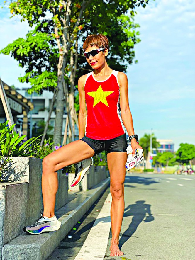 """""""Bầu Phương"""" trong lần đầu tiền dự Tiền Phong Marathon năm 2018 và một trong những chiếc áo đỏ sao vàng chị sẽ mặc thi đấu tại Lý Sơn đầu tháng 7 tới"""