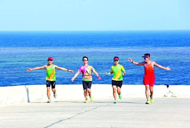 Các runner tận hưởng bầu không khí trong lành, mát mẻ trong buổi chạy thử trên cung đường thi đấu ở Lý Sơn