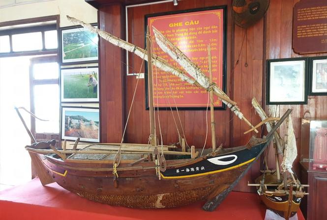 Mô hình một chiếc ghe câu những binh phu từng sử dụng trong những chuyến hải trình tìm kiếm sản vật, đo đạc và cắm mốc chủ quyền ở quần đảo Hoàng Sa hơn 200 năm trước.