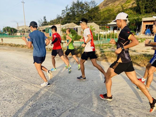 Các VĐV làm quen đường chạy tại Lý Sơn.