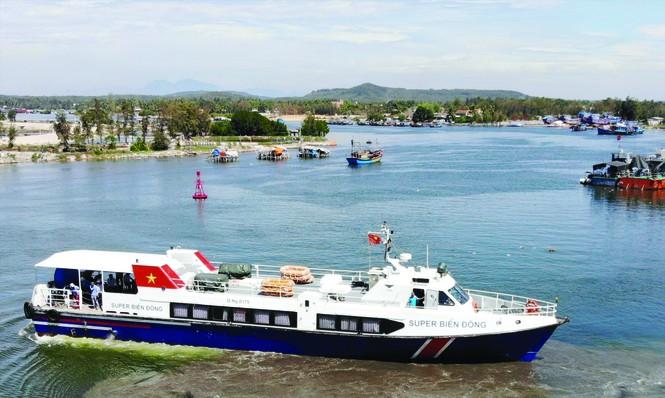 Những chuyến tàu cao tốc từ cảng Sa Kỳ sẽ đưa du khách tới đảo Lý Sơn trong chuyến hải trình hơn 30 phút
