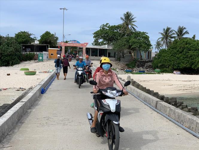 Chị em phụ nữ chạy xe chở khách ra bến cảng