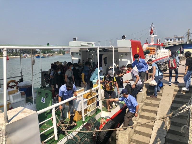 Hành khách rời đảo Lý Sơn vào đất liền