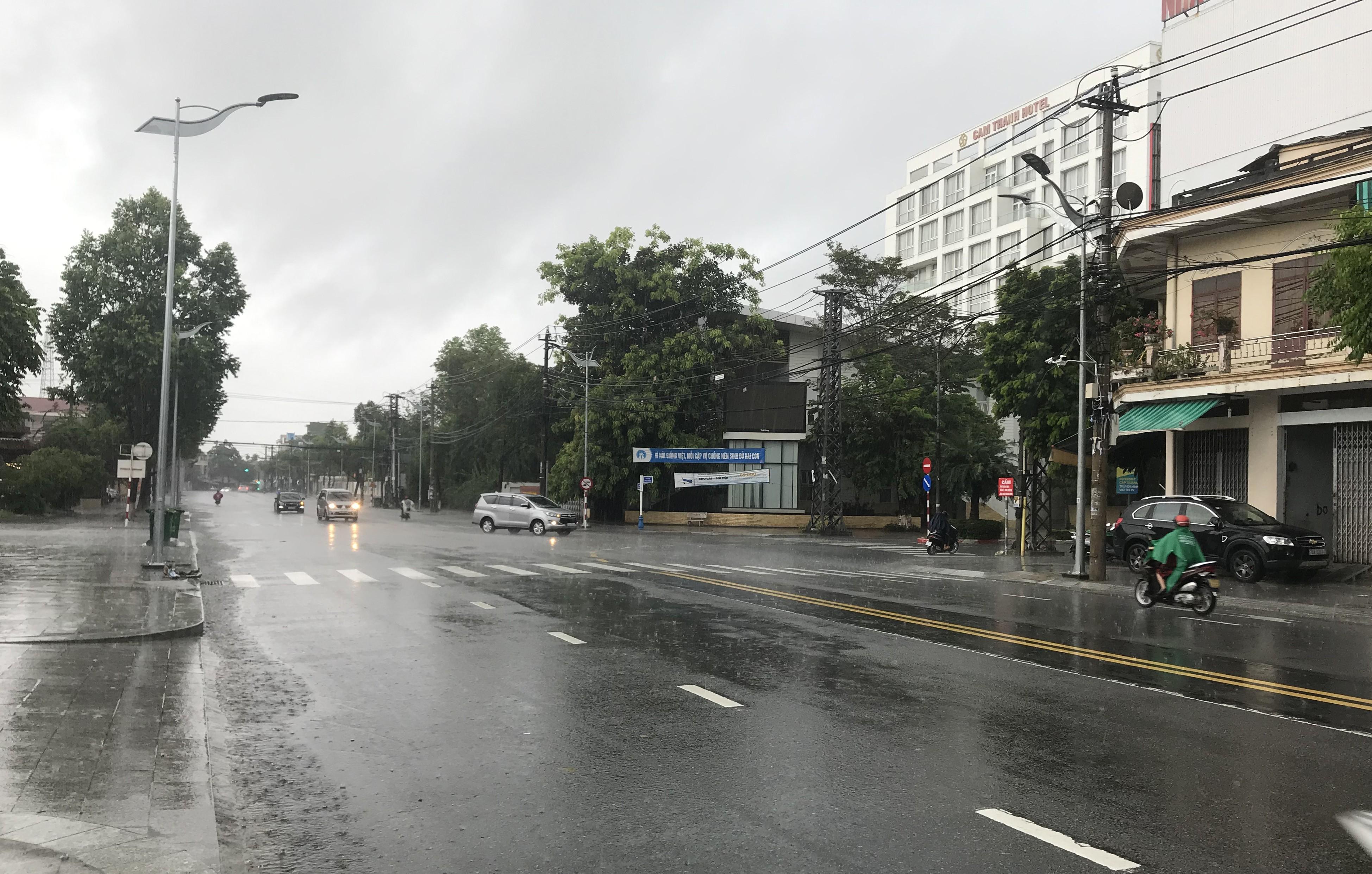Thành phố Quảng Ngãi đang mưa lớn.