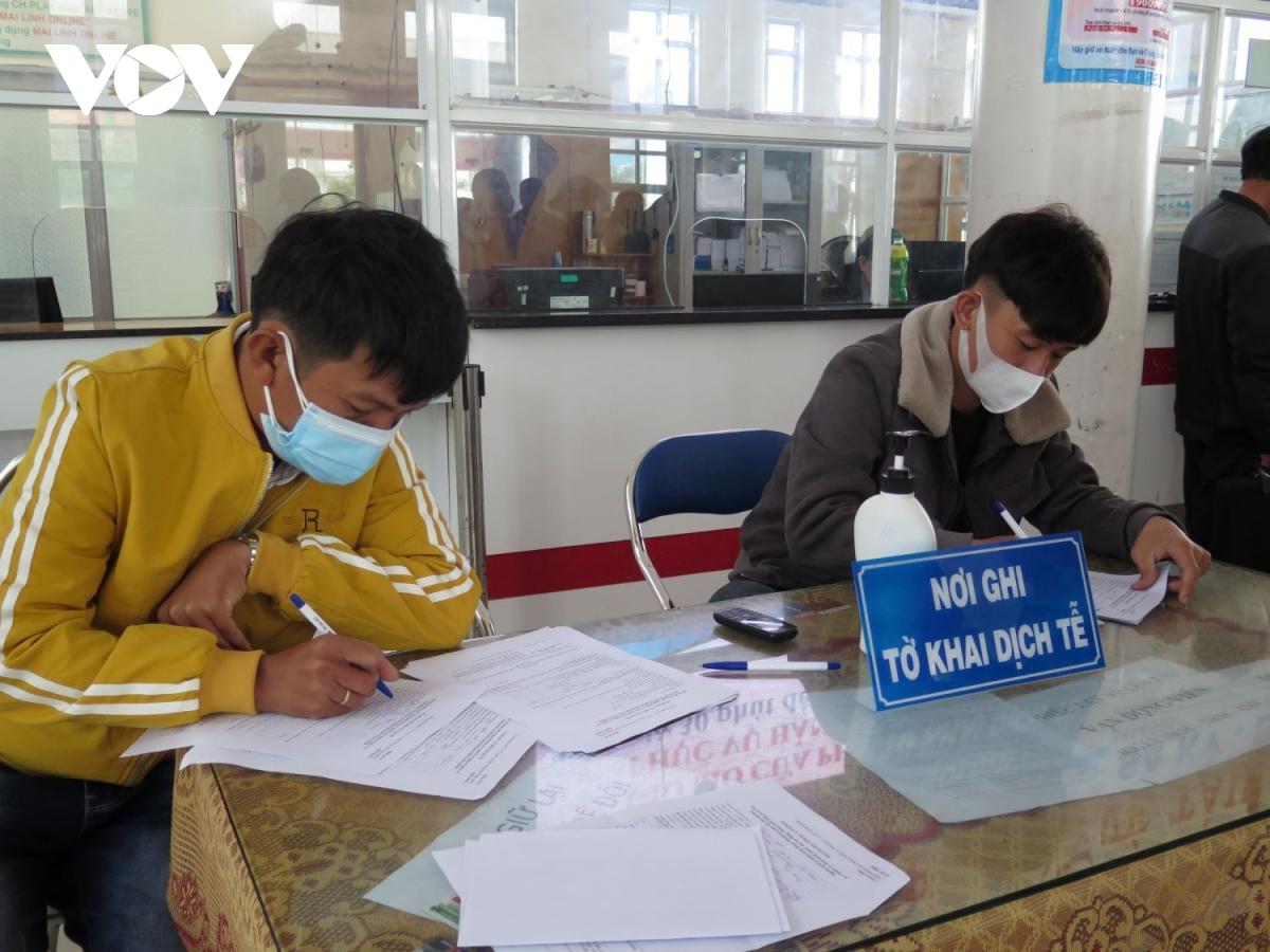 Người dân Lý Sơn về quê buộc phải khai báo y tế.